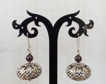 Ethnic earrings in Garnet and metal beads