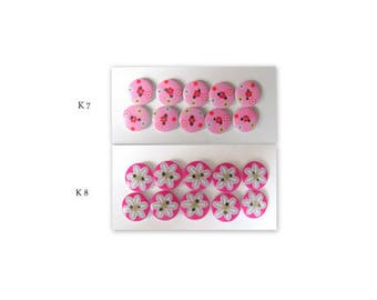 10 wooden buttons painted with 2 different motifs. 2 holes, Ø 15 mm