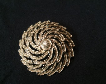 Sarah Coventry gold tone swirl brooch