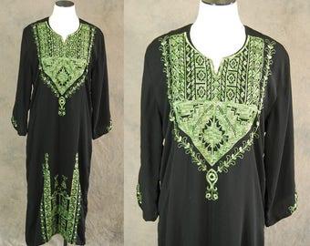 Ausverkauf Vintage 70er Jahre Kaftan - schwarz und grün bestickt ethnische Kleid 1970 Boho Hippie Kleid S M L