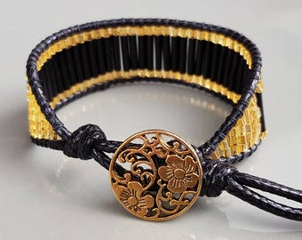 Casual/chic bracelet with black & golden look