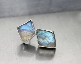 Raw Labradorite Silver Stud Earrings Geometric Kite Shapes Blue Gray Colors Cute Boho Accessories Rough Gemstone Madagascar - Rautenmagie