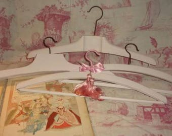 4 old hangers, shabby decor, pink