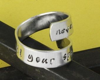 VENTE - ne jamais laisser quelqu'un terne éclat Wrap torsion anneau--anneau en aluminium réglable - main estampillé Ring - cadeau de fête des mères - cadeau pour elle