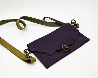 Lila Leder-Geldbörse mit braunem Lederarmband und lila Wristlette Riemen