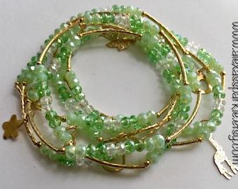 Green transcendent beaded bracelets with gold plated charms - Semanario verde transendente con dijes de chapa de oro