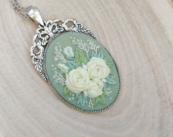 SGLR1 Spring green and light yellow roses necklace