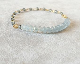 Licht blauer Turmalin Armband, Weihnachts-Geschenk für sie, zarten Gold füllen Boho Chic Edelstein Stapeln Armband, heilende Kristalle Armband