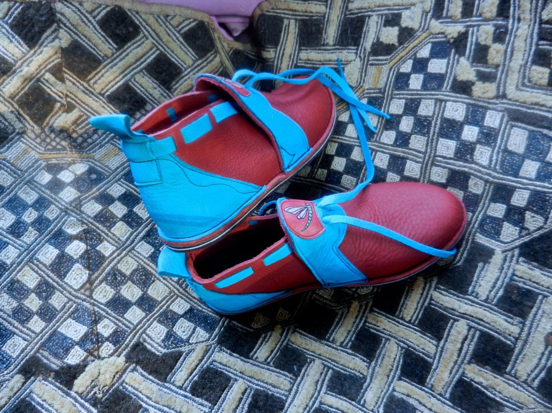 Chaussures en cuir sur la mesure fait à la sur main - daim turquoise sur bullhide rouge, - «Sans chaussures» semelle Vibram - Custom Made ou di ions de stock e2ecdd