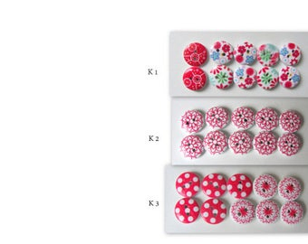 10x 2-hole wooden buttons, painted in pink-red colors.