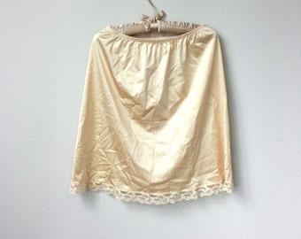 Nude Satin Champagne et dentelle Vintage Nylon demi glissement, longueur genou avec des fentes de côté, une ligne jupe, doublure de Lingerie, fondements, Boudoir