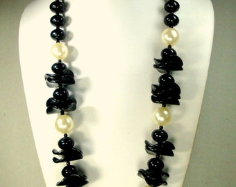 MOD Black Beads n Pearls Necklace 1970s Dressy Plastic Long Jazzy & Crisp Design,