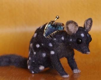 Accessoire animaux feutrés - couture de sac à main - art - marsupial - porte monnaie - bébé animal - pois - noir et blanc - bizarre - - à l'aiguille