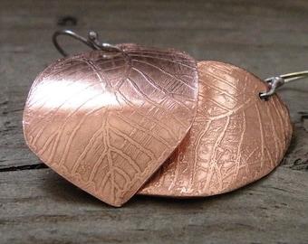 Boucles d'oreilles feuille de cuivre gravé
