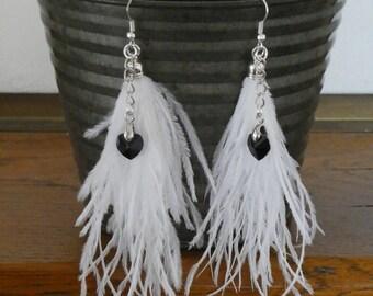 Boucles d'oreilles longues pendantes plumes blanches et coeurs Swarovski noirs