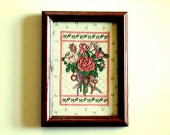 Jolies roses Roses croix point encadrée Art Chalet Chic couture Tenture murale Unique cadeau Vintage Art cadeau pour elle