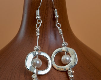 Silver wire wrapped earrings // Freshwater pearls earrings // Wire wrapped silver earrings