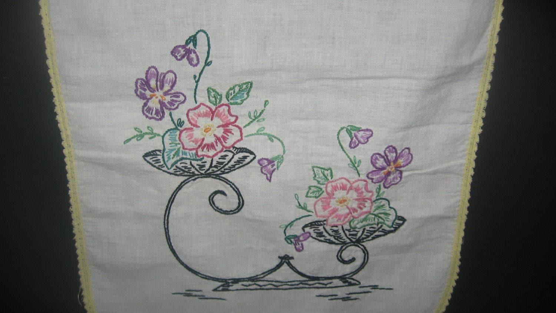 Gestickte Tischläufer Blumenmuster gehäkelt bestickt und