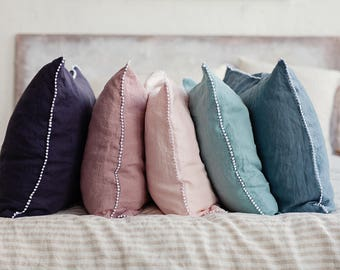 Linen pillow case with little pom poms. 12 colours: white, natural, grey, pink, blue, woodrose, sand. Linen pillow cover. Stone washed.