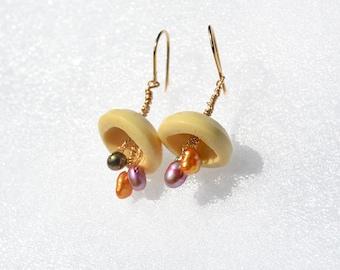 Bouton Vintage boucles d'oreilles avec des perles. Boucles d'oreilles plaqués or. Bijoux de bouton. Bijoux faits main. De boutons recyclés. Livraison gratuite d'Israël.