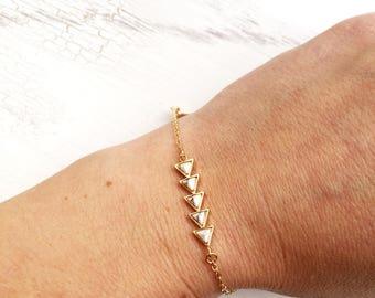 Weisses Howlith Pfeil Armband, Dreieck gold filled Edelstein Armreif, Boho Gypsy Nomad Schmuck
