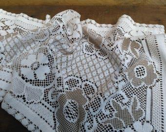 Centerpiece / 1970 woven crochet table runner