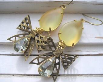 Lavinia bijou vintage boucles d'oreilles, noeud en laiton ancien, jaune et gris en forme de larme bijoux, les femmes de Downton Abbey série.