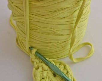 1 roll of trapilho yellow chartreuse, 800 g to crochet 7. REF E.020