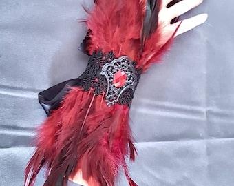 Winered Feather cuffs / Feder Armstulpen in weinrot mit Borte und Cabochon