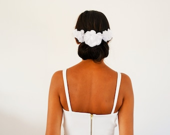 Peigne à cheveux mariée fleurs blanches mariage champêtre, accessoire cheveux mariage bohème fleurs, fleurs cheveux blanches