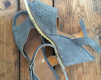 vintage. 1970s peep toe wedge heels