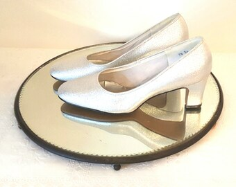 Vintage Women's Size 7-8 Shoes Silver Metallic Pumps Mod 1960 Silver Shoes High Heeled Shoes Leather Soled Women's Pumps Size 7 1/2 Shoes