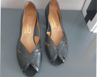 70s peep toe heels. 36 EU size. Black leather vintage pumps, heel height 4.5 cm. Made in Greece. In a very good vintage condition.