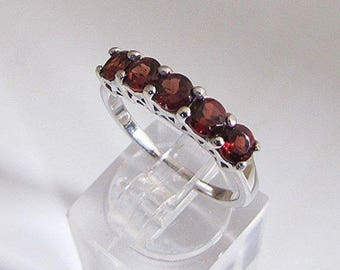 Ring silver topped with five natural garnets size 54