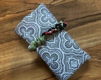 Jeu de Tarot de voyage pochette et mat-gris quadrilobe et Cherry Blossom sur sage (soie intérieure)