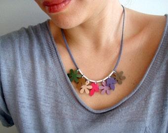 Été collier avec fleurs en cuir verni et Tubes argent