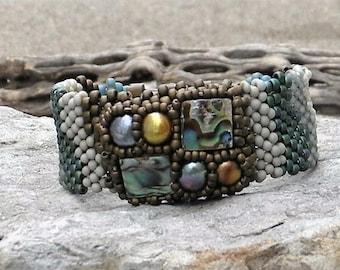 Bracelet en perles de forme libre Peyote Stitch perlé manchette - grappe de perles Cabochon - mer Haliotide Paua Shell - tissage - BOHO