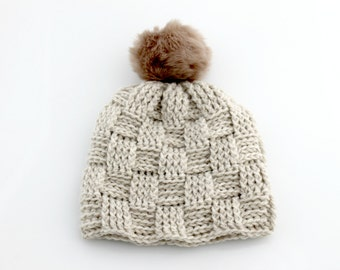 Crocheted Hat With Pom-Pom. Adult. Natural.