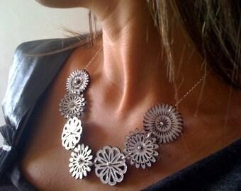 Collier de fleurs minuscules cuir argent avec perles en argent et chaîne
