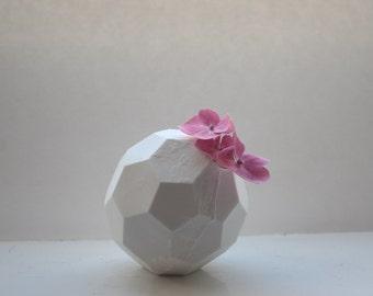 Vase blanc en grès porcelaine fine - polyèdre hexagonal - décor géométrique de nid d'abeilles