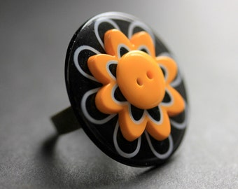 Black and Yellow Flower Ring. Daisy Ring. Yellow and Black Flower Button Ring. Adjustable Ring in Bronze. Handmade Jewelry.