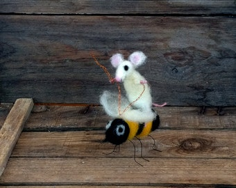 Miniature felt mouse riding bumble bee Needle felt whimsical figurines Dollhouse décor Spring Easter gift Felted animals Funny Handmade Wool