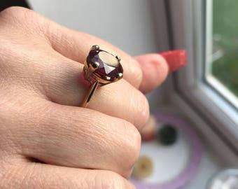 9ct Gold ring with Garnet Gemstone.