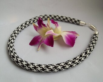 Bead crochet necklace with classicl black and whute Pied-de-Poul pattern.