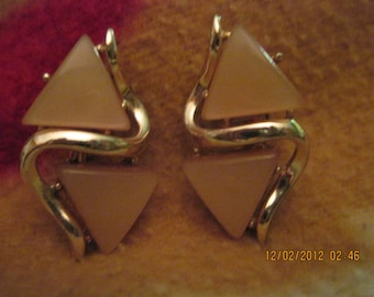 BEAUTIFUL Vintage Thermoset Moonglow Double Triangle Swirl Clip Earrings..RECLAIMED 2888