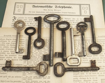 vintage skeleton keys - 10 genuine vintage iron keys - wall decor, skeleton keys, antique keys (S-20a)
