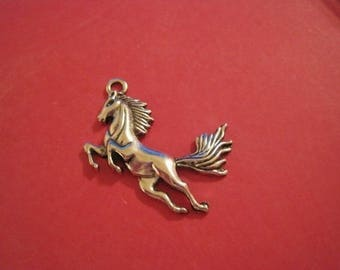 clearance average 1 size charm in silver colored metal horse