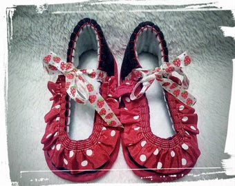 """Hand-stitched slippers """"Dots"""" for babies and toddlers"""