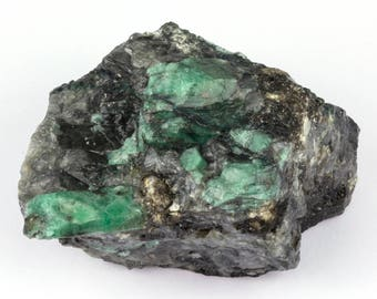 Raw emerald stone of 1415 grams with matrix of black mica and quartz.