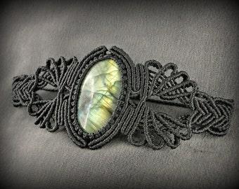 Bracelet macramé et labradorite verte. Manchette tissée noire avec une pierre naturelle magnifique aux reflets puissants.